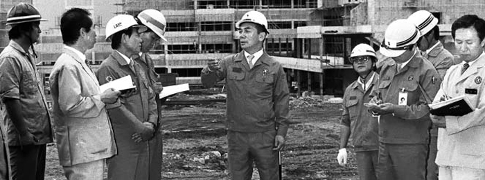 1986년 경북 포항의 포스텍 공사 현장을 방문한 박태준 포스코 전 회장이 현장 관계자들에게 시공 관련 의견을 전달하고 있다. 지난 15일 강진에도 포스텍 건물 기둥이 하중을 버텨낸 것은 박 전 회장의 안전 공사 원칙 덕분인 것으로 알려졌다.