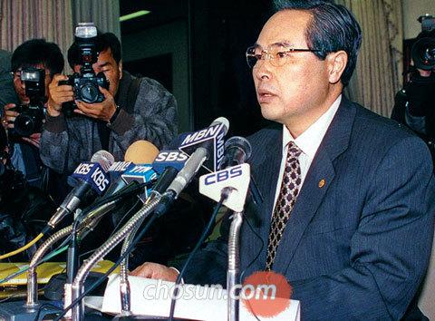 국가 부도 위기이던 1997년 11월 21일, 우리 정부는 IMF 구제금융 신청을 결정했다.