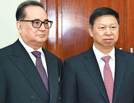지난 18일 시진핑 중국 주석의 특사로 평양을 찾은 쑹타오(오른쪽) 공산당 대외연락부장과 리수용 북한 노동당 국제담당 부위원장의 모습.