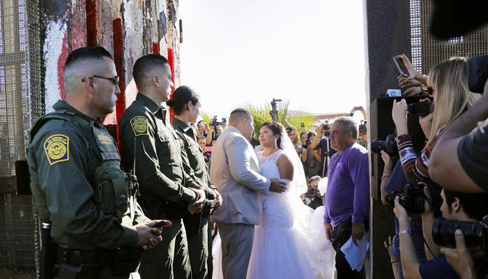 미·멕시코 국경장벽에서 올린 결혼식