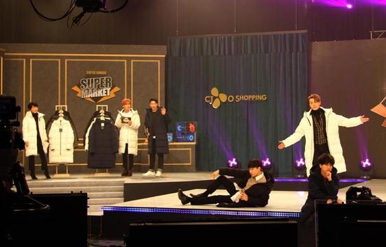 20일 생방송된 CJ오쇼핑 슈퍼마켓 방송. 슈퍼주니어 멤버 (오른쪽부터)예성, 동해, 은혁이 모델 포즈를 취하고 있다. /CJ오쇼핑 제공