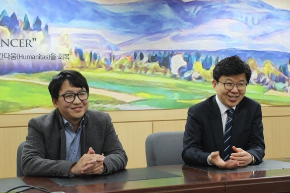 20일 천영석 트위니 대표이사와 이길연 경희의과학연구원 부원장(사진 왼쪽부터) / 허지윤 기자