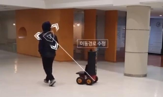 트위니 자율주행로봇 기술 시험 동영상 중 일부 화면으로 영상에서 해당 로봇은 마주 오는 사람을 인지한 후 이동 경로를 빠르게 수정해 사람을 비켜 갔다.  / 트위니 제공