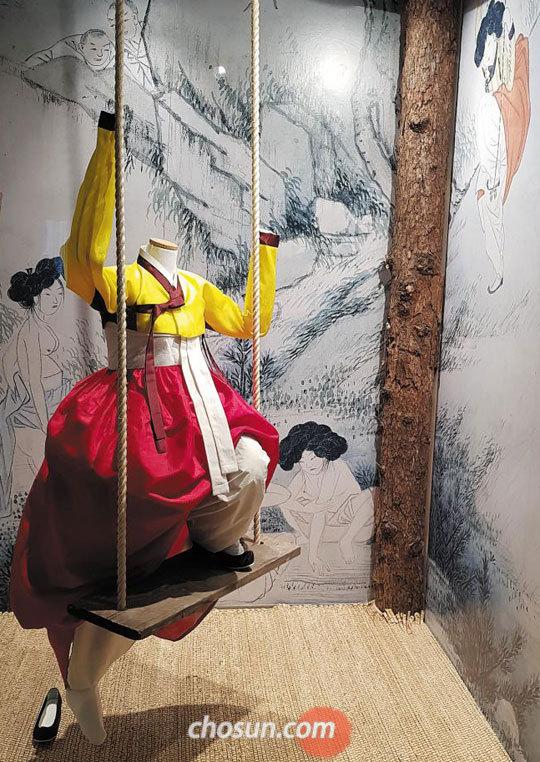 신윤복의 '단오풍정'에서 그네 타는 여인의 옷을 재현한 한복디자이너 이영희의 작품.