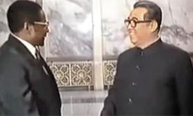 김일성 만나러 평양에 간 무가베로버트 무가베(왼쪽)가 지난 1980년 초대 총리에 오른 직후 평양을 방문해 김일성(오른쪽)과 이야기를 나누고 있는 모습. 북한과 짐바브웨는 1980년 4월 외교 관계를 맺고 우호 관계를 유지하고 있다.
