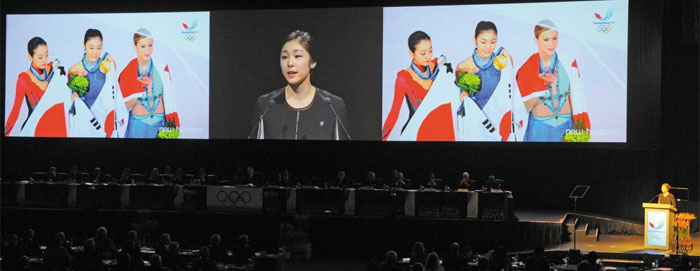 전(前) 피겨스케이팅 국가대표 김연아가 지난 2011년 남아프리카공화국 더반에서 2018 평창 동계올림픽 유치를 위한 프레젠테이션(PT)을 하는 모습. 자신의 경험을 활용한 호소력 있는 PT를 해냈다는 평가를 받았다.