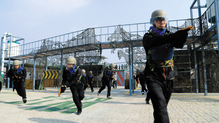 대규모 병영테마파크인 충남 논산시 선샤인랜드에는 스크린사격장, 서든어택 스튜디오 등 다양한 체험 시설이 들어서 있다.