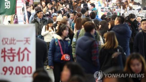 사드 배치 이전만해도 중국인 관광객으로 붐비던 서울 명동 /연합뉴스