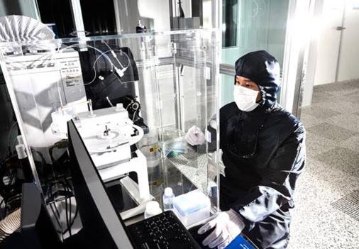 바스프 전자소재 생산 공장의 Class 10 클린룸에서 고순도 암모니아수 샘플을 검사하고 있는 품질 관리자 / 한국바스프 제공