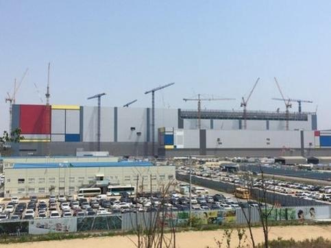 삼성전자 평택 반도체공장 공장동 전경. 오른쪽 상층부 공사를 진행하고 있다. / 이다비 기자