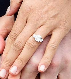 마클이 손에 끼고 있는 반지.
