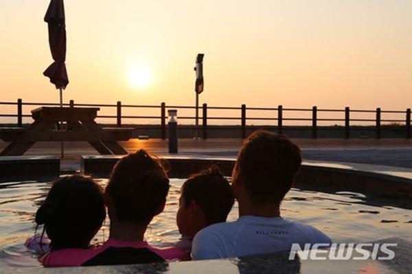 인천 강화군 석모도 미네랄 온천 노천탕에서 바라본 서해 일몰.