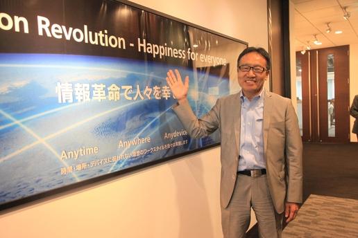 미야우치 켄 소프트뱅크 부사장이 소프트뱅크 본사 복도에서 포즈를 취하고 있다. 사진 속에는 '정보혁명으로 사람들을 행복하게(情報革命で人々を幸せに)'라는 문구가 적혀있다. / 도쿄=이다비 기자