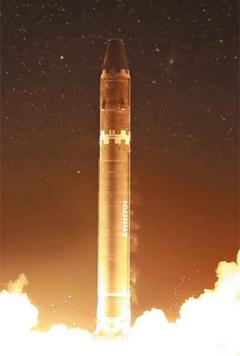 북한이 11월 29일 새벽 시험 발사한 신형 대륙간탄도미사일(ICBM) 화성-15형이 이동식 발사대에서 발사되는 장면.