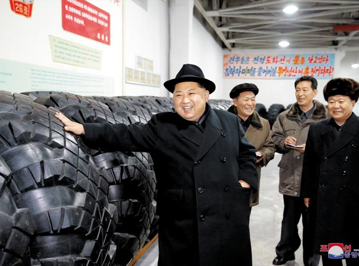 김정은 북한 노동당 위원장이 최근 자강도 만포시 압록강 타이어공장을 현지지도했다고 북한 조선중앙통신이 3일 관련 사진과 함께 보도했다.