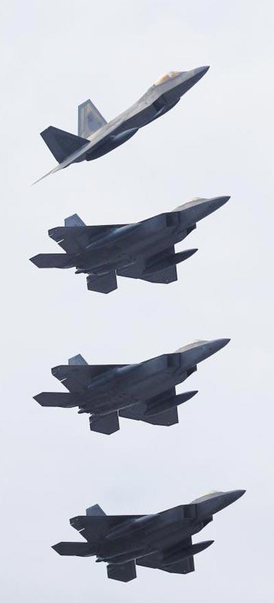 세계 최강 스텔스 전투기로 평가받는 미군 F-22 '랩터' 비행편대가 2일 오후 광주 공군 제1전투비행단 인근 하늘에서 편대비행을 하고 있다.