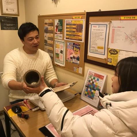 이충환 아메리카요가 천호점 사장이 고객과 상담하고 있다. /한국창업전략연구소 제공