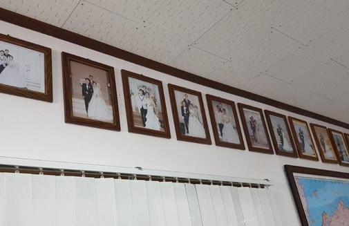 이재정 대표이사 사무실에 붙어있는 임직원들의 결혼식 사진. 이 대표는 임직원들의 결혼 주례를 맡아왔다고 했다./이선목 기자