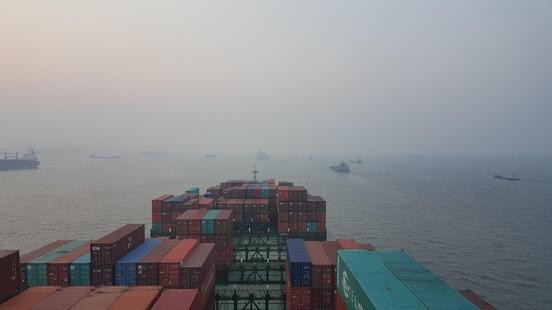 중국 인근 해역에 떠있는 선박들 /조지원 기자