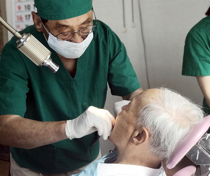유동수 서울대 치대 명예교수가 지난 7월 나주 호혜원에서 한센병 환자를 진료하는 모습.