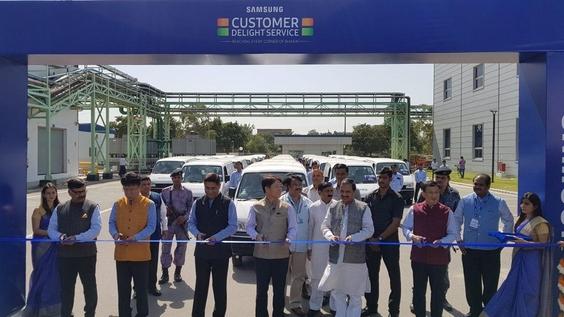 홍현칠 삼성전자 서남아총괄(왼쪽에서 4번째)이 인도 현지 관계자들과 커팅식을 하고 있는 모습. /삼성전자 제공