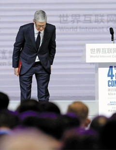 인사하는 팀 쿡 - 지난 3일 중국 저장성 우전에서 열린 '세계인터넷대회(WIC)' 개막 행사에 참석한 팀 쿡 애플 최고경영자가 청중에게 인사하고 있다.