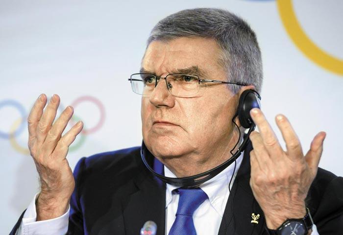 토마스 바흐 IOC위원장이 6일 스위스 로잔에서 러시아의 평창올림픽 출전 금지를 발표하고 있다.