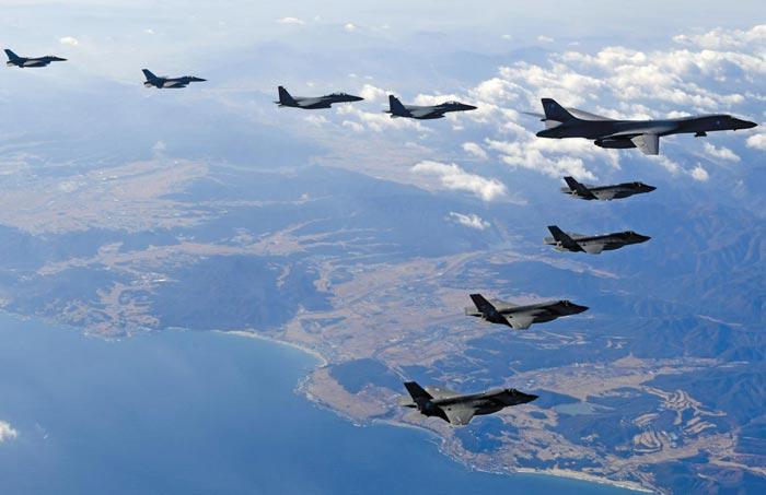 B-1B 오른편엔 美F-35A와 F-35B, 왼편엔 한국 KF-16과 F-15K - 한·미 연합공중훈련'비질런트 에이스'기간인 6일 미국의 장거리 전략폭격기 B-1B 랜서(오른쪽 맨 위)가 한반도 상공에서 한·미 전투기들과 편대비행을 하고 있다.