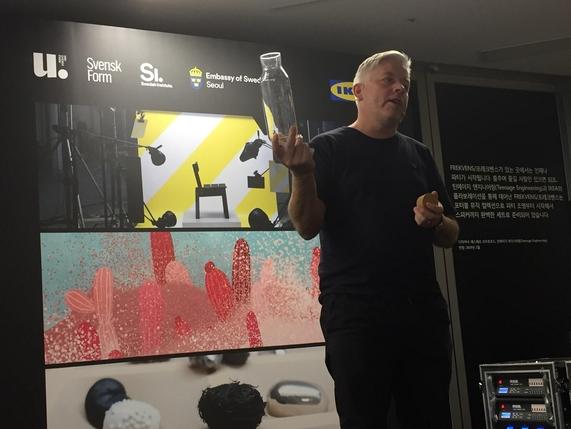 마르쿠스 엥만 이케아 글로벌 디자인 총괄이 이케아의 디자인 철학 '데모크래틱 디자인'을 설명하고 있다. / 박수현 기자