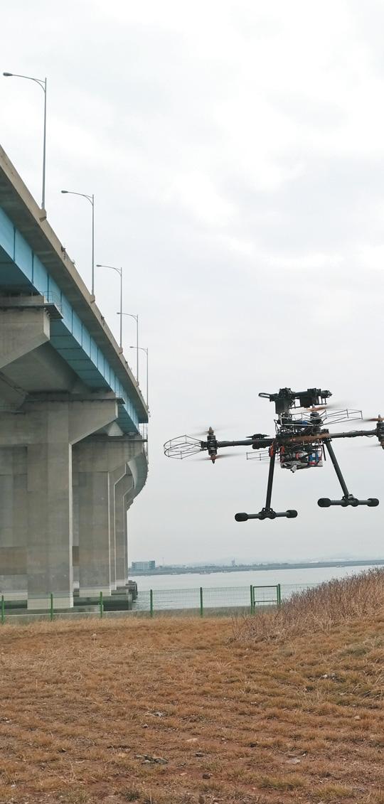 한국도로공사가 보유한 드론이 시설물 안전 점검을 위해 교량 아래 쪽으로 날아가고 있다.