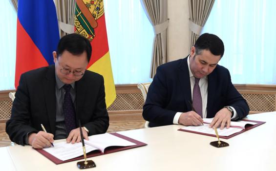 안계형 오리온 러시아 법인 대표(왼쪽)와 루데냐 이고르 미하일로비치 러시아 뜨베리 주지사는 지난 6일(현지 시각) 뜨베리 신공장 건설에 대한 투자 협정을 체결했다. / 오리온 제공