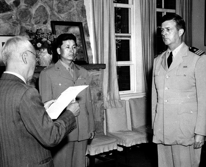 1951년 마이클 루시 미 해군 대령이 이승만 대통령에게 태극무공훈장을 받는 모습.