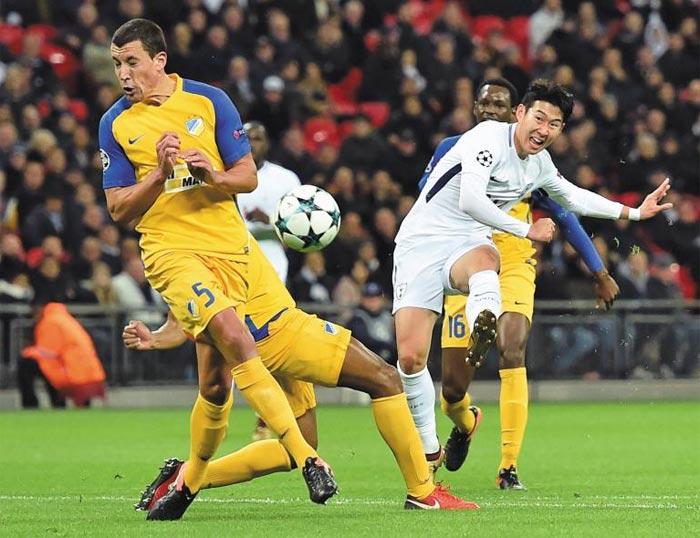 손흥민이 7일 아포엘전에서 절묘한 왼발 감아차기 슛으로 골을 터뜨리는 모습. 영국 일간지 미러는 '편안하면서 완벽한 골'이라고 평가했다.