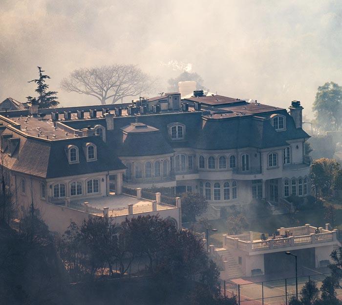 연기에 휩싸인 호화 저택
