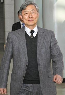 7일 감사원장 후보자로 지명된 최재형 사법연수원장이 원장실을 나서고 있다.