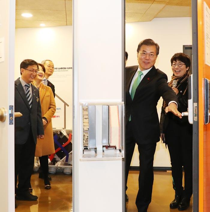 문재인 대통령이 7일 서울 노원구'노원 에너지 제로 주택(EZ house)'오픈하우스 행사에 참석, 홍보관에 설치된 단열문(오른쪽)과 일반문의 단열 효과를 비교해 보고 있다.
