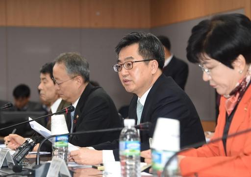 김동연 부총리 겸 기획재정부 장관(오른쪽 두번째)이 8일 정부서울청사에서 산업경재역강화 관계장관회의를 주재하고 있다./기획재정부 제공