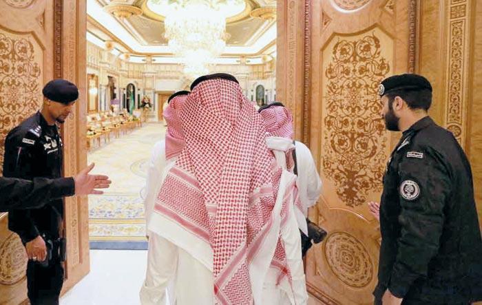 사우디아라비아 정부 관계자들이 수도 리야드 특급 호텔 리츠칼튼 호텔 귀빈실로 들어가고 있다.