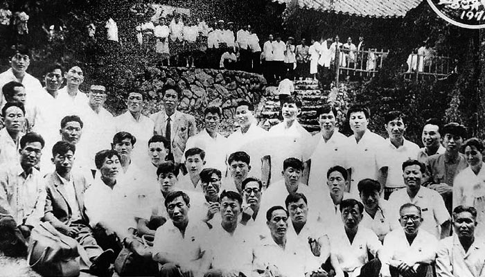 1974년 묘향산에서 찍은 납북 어부 단체 기념사진.