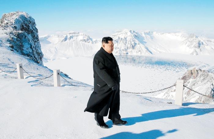 북한 매체들이 9일 김정은 북한 노동당 위원장이 백두산에 올랐다고 일제히 보도하며 눈 덮인 백두산 천지에 오른 김정은의 모습을 공개했다.