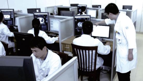 중국 저장성 인민의원의 의료진이 화상인식 시스템을 이용하고 있다./이투커지 제공