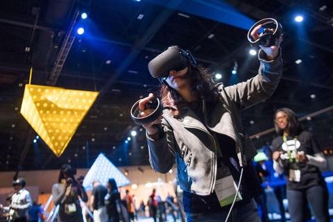 헤드셋을 착용하고 가상현실(VR)을 체험하고 있다 / 블룸버그 제공.