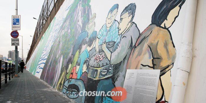 서울역 서쪽 옛 서부역에서 1호선 남영역까지 이어지는 청파로 옹벽 185m를 따라 동네의 역사를 담은 대형 벽화'만경청파도'가 그려져 있다.