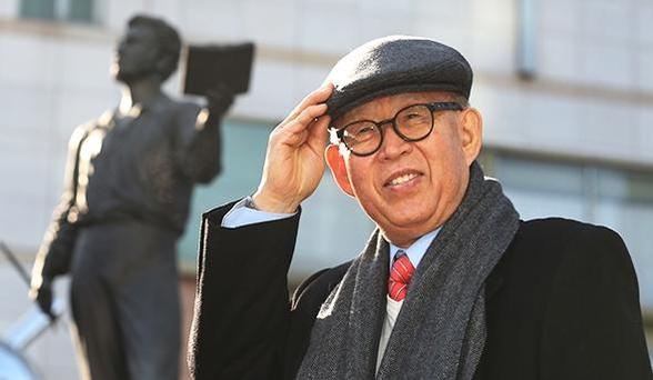 푸시킨 동상 앞에서 포즈를 취한 장만기 회장. 그는 한국과 러시아의 문화 교류를 위해 소설가 박경리의 동상을 러시아에 세울 계획을 갖고 있다. 그에 앞서 푸틴 대통령 방한에 맞춰 러시아 국민시인 푸시킨의 동상을 롯데호텔에 세웠다./사진=이진한 기자