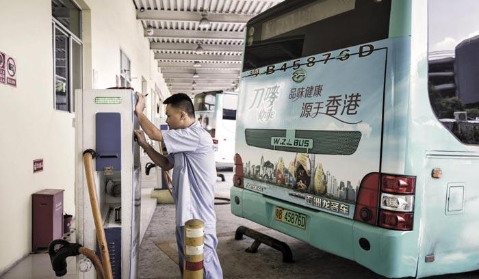 중국 광둥성 선전시의 시내버스 충전소에서 한 기사가 배터리를 충전하고 있다.