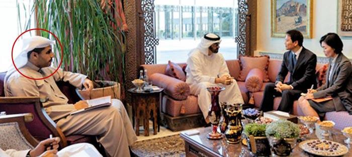 지난 10일(현지 시각) 아랍에미리트(UAE) 수도 아부다비의 대통령궁에서 임종석(오른쪽에서 둘째) 청와대 대통령 비서실장이 국정 총책임자인 무함마드 빈 자이드 알 나흐얀(왼쪽에서 둘째) UAE 왕세제와 칼둔 칼리파 알 무바라크(빨간 원) UAE 원자력공사(ENEC) 이사회 의장을 만나고 있다.
