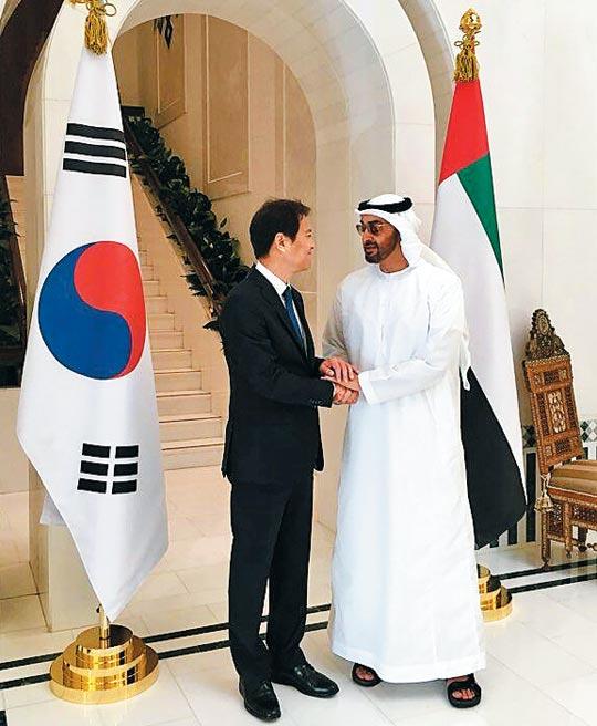 지난 10일(현지 시각) 아랍에미리트(UAE) 아부다비 대통령궁에서 임종석(왼쪽) 청와대 대통령 비서실장이 UAE 국정 총책임자인 무함마드 빈 자이드 알 나흐얀 UAE 왕세제와 악수하고 있다.