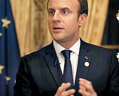 17일(현지 시각) 에마뉘엘 마크롱 프랑스 대통령이 공영방송 프랑스2 뉴스에 출연해'원자력 발전의 단계적 축소'를 당분간 보류하겠다는 방침을 밝히고 있다.