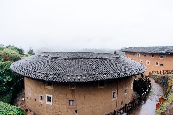 원형 토루의 외부 사진, 3층 아래로는 창문이 없는 것을 볼 수 있다.
