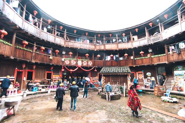 토루 내부 사진, 벽을 따라 지어진 방과 중앙에 사당이 보인다.